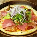 料理メニュー写真生ハムとサラミのピザ