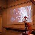 100インチ巨大スクリーンとLEDプロジェクターで迫力の映像