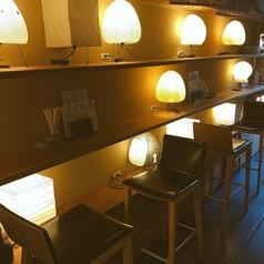 【テーブルカウンター席/2名様】 立ち飲み感覚で座っていただけるお席です。サク飲みに最適、料理人達のライブ感も味わえます!
