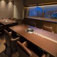 【完全個室】6名様まで使用できるテーブルが2卓並んだ完全個室です。12名様でご利用いただける完全個室はこちら1部屋のみとなっております。大きな窓がある個室で開放感も抜群です