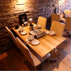 オシャレな雰囲気の窓側テーブル席。会社帰りの飲み会や友達同士での飲み会にどうぞ♪