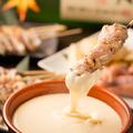 料理メニュー写真焼き鶏チーズフォンデュ