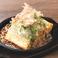 料理メニュー写真特製だれの厚揚げ鉄板ステーキ