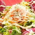 料理メニュー写真ズワイガニと彩り野菜のサラダ