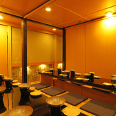 【12名様までのお席の例】ゆったり配席しているので、急に人数が増えても、この部屋で16名ぐらいまでテーブルを繋げば何なりと座れますので、ご安心ください。