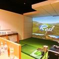 個室は可動式スイングプレート完備。より臨場感あふれるプレイを。