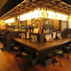 店内にはカウンターが全部で10席あります。お一人様や少人数でのお食事にはピッタリです。L字型のカウンターもありますので、グループでのご利用でも会話が弾みます。気の合う仲間との飲み会やデート、宴会などにご利用下さい。