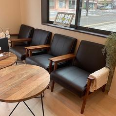 少し大きめのソファー席はふかふかと柔らかく、ゆったりとお寛ぎ頂けるお席です♪編物もいっぱい楽しめますし、Wi-Fiを完備していますので、パソコンを開いてお仕事をされてる方もいらっしゃいます。もちろんコーヒーとスイーツを楽しむのもGood!ですよ♪