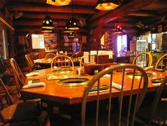 大きなログハウスで楽しむ美味しい焼肉♪大きいテーブル席でゆったりと楽しめる♪