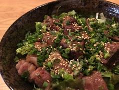 料理メニュー写真牛サイコロステーキ丼(みそ汁付き)