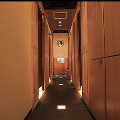 個室に続く廊下も、柔らかな光で彩られております。