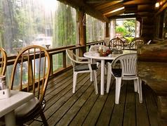 風が気持ち良い、食事を楽しむテラス席です♪