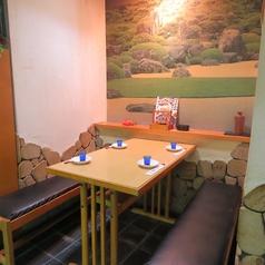 壁に描かれる絵画が目にも愉しいお席。土佐の風景を楽しみながら…そんなシーンにぴったりのテーブル席