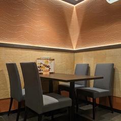 3名様から最大12名様までOKの広々テーブル席!席間隔にもかなりゆとりがあるので、個室でなくても安心安全のお食事が楽しめます。