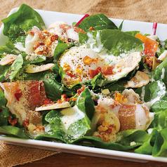 料理メニュー写真生ハムとほうれん草とローストナッツのシーザーサラダ