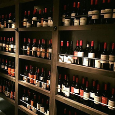 棚には、世界各国からお取り寄せの美味しいワインがズラリと並んでいます。お好きなワインを串焼きと一緒にご堪能ください。