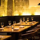 片側ソファのテーブル席。デートや気軽なお食事会など、少人数様から10名様程度のパーティまでご利用いただけます。ご利用人数に合わせて、テーブルのレイアウト変更も可能です。壁沿いの長いソファをラフに使って、ゆったり食事を満喫する時間をお過ごしください。