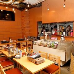 【1階】活気ある雰囲気のテーブル席が広がっております。わいわいと美味しい刺身や浜焼きを楽しもう☆