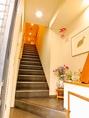 2階に続く階段は、歓迎のお心が伝わる明るい雰囲気です。