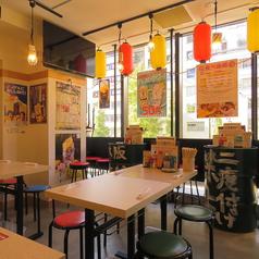 最寄りの駅より徒歩8分!総席数67席の広々店内には、4名様よりご着席いただけるテーブル席をご用意しております!赤と黄色の提灯が並び、木の温もりや暖色の照明が、どこか懐かしい癒しの空間を演出◎店の装飾一つ一つがお店を作り上げます!
