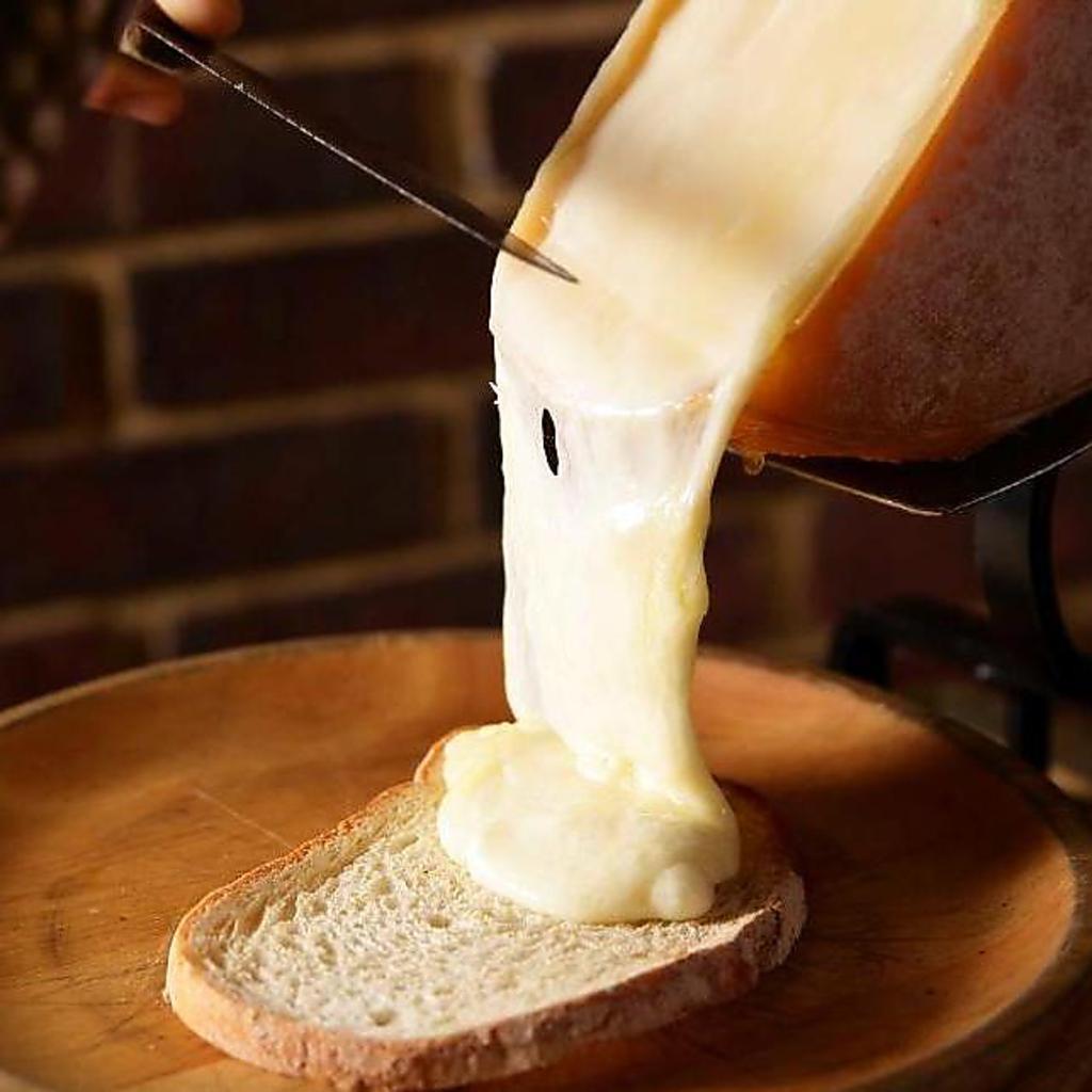 是非食べて頂きたい逸品!!【ラクレットチーズ】溶かしてパンに乗せて◎熱々でお召し上がり下さい♪