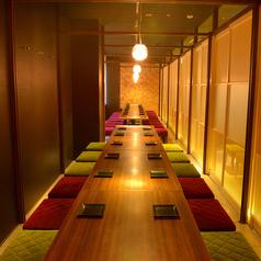 【個室テーブル席】 大型宴会もお任せください☆くつろぎ個室では、ゆったりとした楽しいひと時をお過ごしください。中小規模のお食事にピッタリの個室もご用意しているので、ご家族でのご利用や仲間内の飲み会、小規模宴会にもどうぞ。様々なシーンでご利用頂けますのでお気軽にご利用ください♪