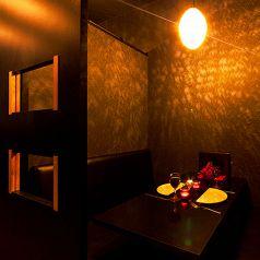 光が織り成すモダンダイニング空間!いい雰囲気の個室空間で心に残るひと時をお過ごしください♪