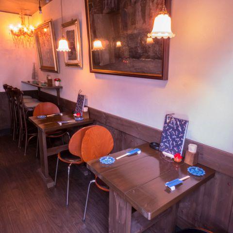 テーブル席 2名様×2ニューオリンズのジャズミュージシャンを描いた油絵とアメリカンレトロな空間。