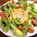 料理メニュー写真くるみと焼きカマンベールチーズのサラダ