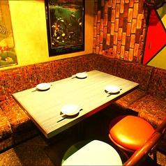 2名様からご案内できる広々テーブル席はデイリー使いから大切な接待まで幅広いシーンにご利用いただけます。お席についてご要望などございましたらお気軽にお問い合わせください。(新宿 個室 居酒屋 接待 宴会 飲み会 串焼き 地鶏 飲み放題 誕生日)