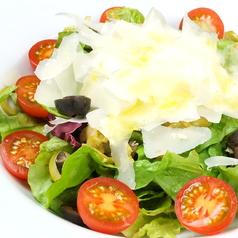 料理メニュー写真オリーブとトマトとパルミジャーノ・レジャーノのイタリアンサラダ