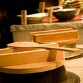 大釜戸で炊き上げる事により釜の中でお米が対流し、釜全体で温めるのでお米がふっくらとおいしく炊き上がります。ご飯のお供も全国より合うものを厳選。紀州産の梅干し、四万十川岩海苔の佃煮、北海道産塩鮭の炙り、博多辛子明太子、いくらの醤油漬けなど…
