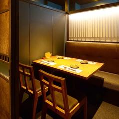 4名席の個室は豊富に11卓ご用意◎ご利用人数に応じて席の結合も可能です。【全席完全個室】最大50名様までご利用頂けます。デートや接待をはじめ、会社宴会や同窓会、懇親会など様々なシーンでご活用ください◎