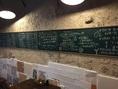 目立つ黒板にはおススメ料理がずらりと掲載。今日のおススメはなんだろな♪