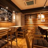 気取らず、ラフな雰囲気の店内は、大人が集ってお酒を飲むこともできるバルの空間
