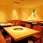 無煙ロースター完備のテーブル席。フロア貸し切りで最大50名様収容可能