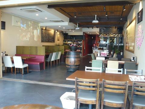 城下町にある、和テイストで気軽に立寄れる食酒場バール。広々店内は団体貸切に最適。