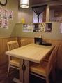 木を基調とした落ち着くテーブル席