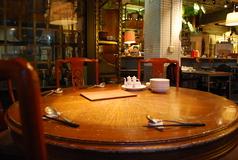 中華と言ったらなんといってもこの【円卓】! 不思議なことに円卓というものは3人でも5人でも顔が見渡せて、仲間との会話が弾む♪みんなで囲むから料理も格別の美味しさ!? 心も丸くなりましょう。 ~6名様。
