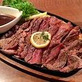 料理メニュー写真鉄板焼き牛ロースステーキ(カット)