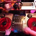 【ターンテーブル】好きな音楽を流せるので宴会のBGMに利用できる!DJ経験のある方、経験ない方でも簡単に操作できます。詳しい操作方法はスタッフへ遠慮なくご相談下さい。歓送迎会や各種宴会シーンで音楽を使いたい時は是非お声掛け下さい!