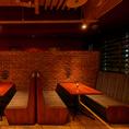 テーブル席は広々♪背中合わせのお席なので隣の席が気になることもなし!女子会にもおすすめのお席です。当店では女性に人気のカクテルや、オリジナルカクテルも豊富にご用意しております!コースの飲み放題ではスパークリング付きでおしゃれに乾杯できます♪コースは単品飲み放題や、歓送迎会向けコースは3000円~!