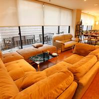 人数に合わせてレイアウトできるソファー席