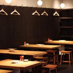 お洒落な照明と臨場感あふれるキッチンを見ながらお食事ができます。