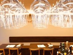 美味しい料理とおすすめのワインなどのお酒と共にお召し上がりながらお寛ぎ頂ける空間です。オーナーにおすすめ料理やワインを聞きながらのお食事もおすすめです。