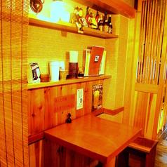 【1F】2名様でも楽しめるテーブル席はカップルのデート利用にも人気の落ち着いた空間が広がります。こだわりの料理とゆっくりできる空間は女子会やご家族での集まりにも最適です!普段使いはもちろん、親しい友人や家族とちょっとゆっくり飲みたい時にも◎