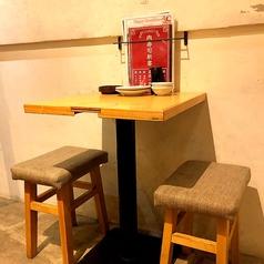 2名様用のテーブル席もご用意。デートにもオススメです。オシャレ感のある店内でカジュアルにお食事を楽しめます♪