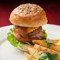 料理メニュー写真和牛とフォアグラの贅沢バーガー