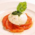 料理メニュー写真丸ごと完熟トマトとモッツァレラチーズのカプレーゼ