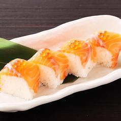 料理メニュー写真サーモンの棒寿司